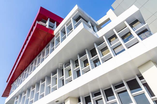 Moderno edificio per uffici, facciata contro il cielo blu — Foto stock