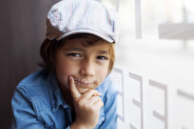 Портрет серйозний дивлячись маленький хлопчик носіння Кап — стокове фото