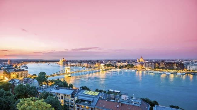 Hungría, Budapest, Vista iluminada de Pest desde Buda, panorama vespertino - foto de stock