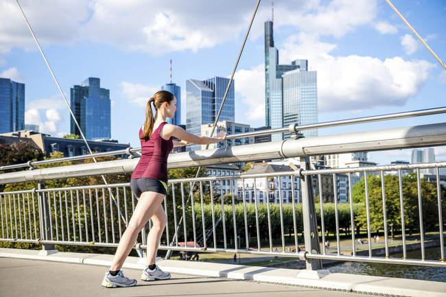 Молодий спортсмен розтягування на мосту — стокове фото