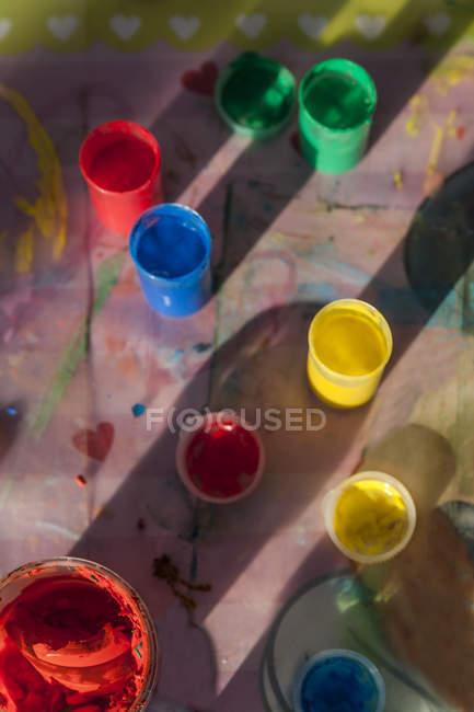 Dipingere le dita colorate sulla superficie di legno — Foto stock