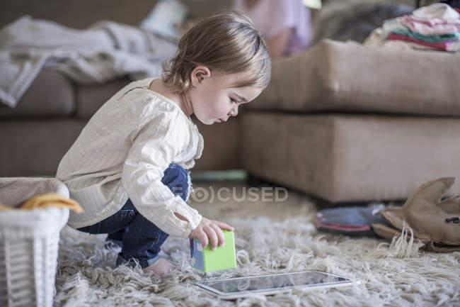 Дівчинка, граючи з будівельних блоків у вітальні — стокове фото