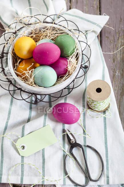 Bunten Osternest mit Bindfäden und tag — Stockfoto