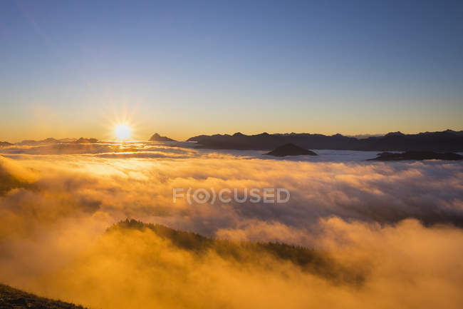 Allemagne, Bavière, Préalpes bavaroises, coucher de soleil à Jochberg montagne, humeur du matin — Photo de stock