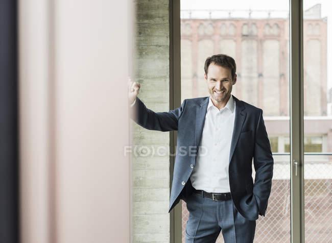 Portrait of smiling businessman wearing suit — Stock Photo