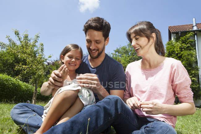 Kaukasische Familienglück mit Tochter im Garten — Stockfoto
