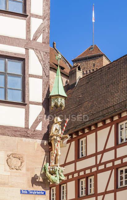 Allemagne, Nuremberg, Maison Pilatus avec Figurine de Saint George — Photo de stock