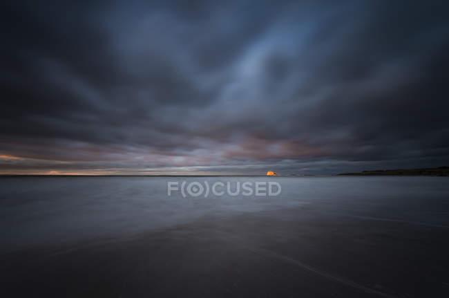 Reino Unido, Escócia, East Lothian, North Berwick, Bass Rock ao pôr do sol, tempo tempestuoso — Fotografia de Stock