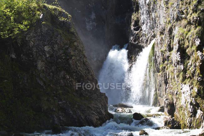Tennengau Wasserfall zwischen Felsen — Stockfoto