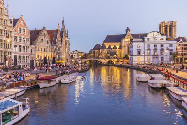 Бельгия, Гент, Старый город, исторические дома в сумерках на реки Лейе Коренлей и Graslei, — стоковое фото