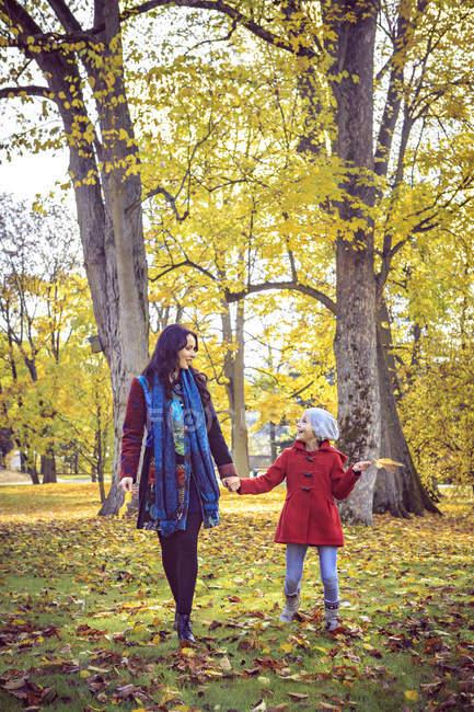 Mutter und Tochter spazieren im herbstlichen Park — Stockfoto