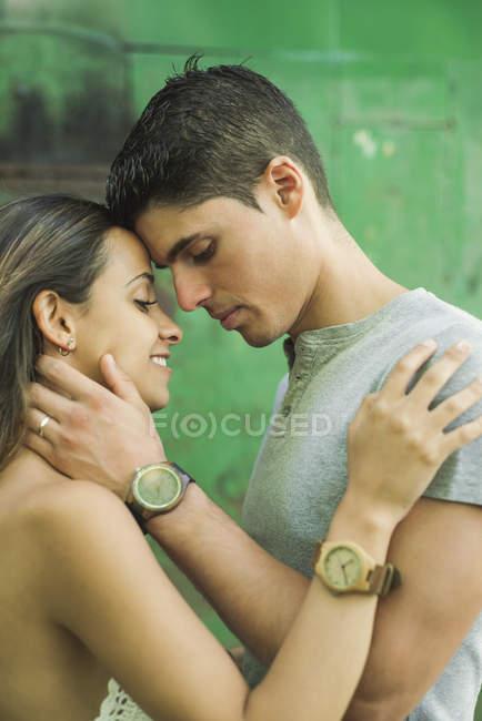 Интимные молодая пара, охватывающей на открытом воздухе — стоковое фото