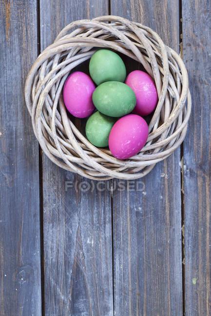 Closeup vista verdes e rosa de ovos de Páscoa no ninho — Fotografia de Stock