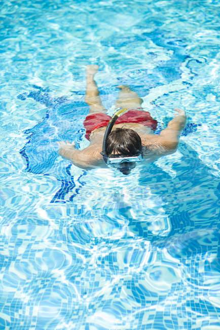 Mann mit Brille, Tauchen im pool — Stockfoto