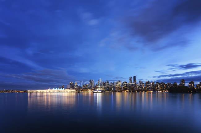 Vue de l'horizon au crépuscule à partir de Stanley Park, Vancouver, Canada — Photo de stock