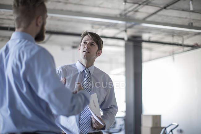 Два предпринимателя, говорить в современном офисе — стоковое фото