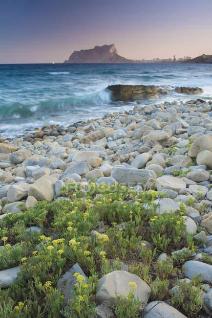 Spain, Alicante, Cala Baladrar, Seascape with stones on shore — Stock Photo