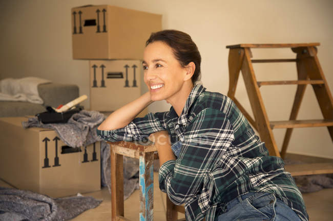 Smiling woman taking a break from moving house — Stock Photo