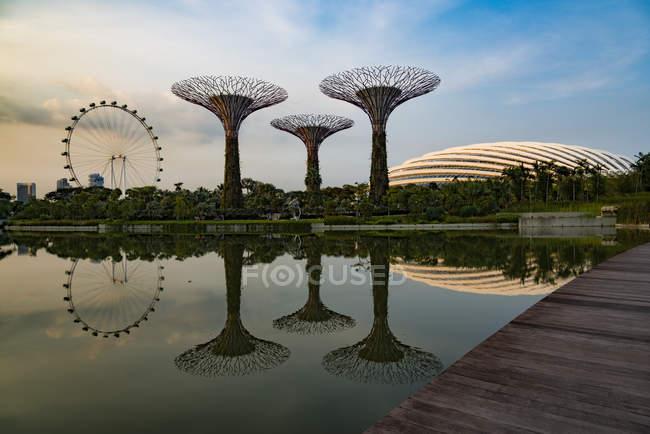 Singapur, Jardines junto a la bahía, Supertree Grove sobre el agua - foto de stock