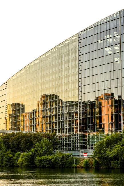 Parte da França, Estrasburgo, da fachada de vidro do Parlamento Europeu com reflexão — Fotografia de Stock