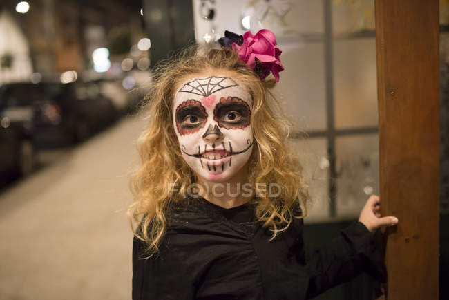 Блондинка Дівчинка з цукру в черепом макіяж на Хеллоуїн — стокове фото