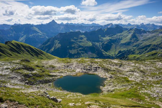 Alemanha, Bavaria, Allgaeu, Allgaeu Alpes, Lago Laufbichel, Hochvogel montanha ao fundo — Fotografia de Stock