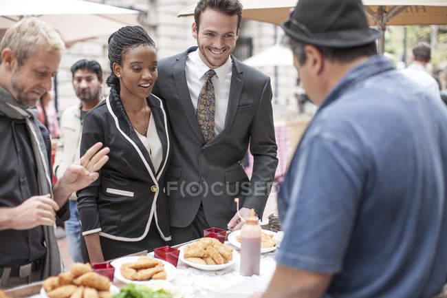 Людей, які купують продукти харчування на ринку міста — стокове фото