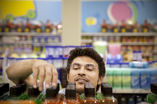Porträt eines Mannes Suche Produkt in einem Supermarkt — Stockfoto