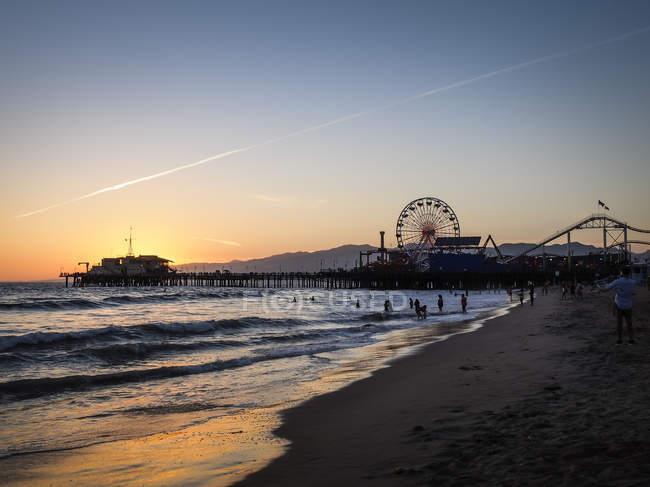 États-Unis, Los Angeles, jetée de Santa Monica et Pacific Park au coucher du soleil — Photo de stock