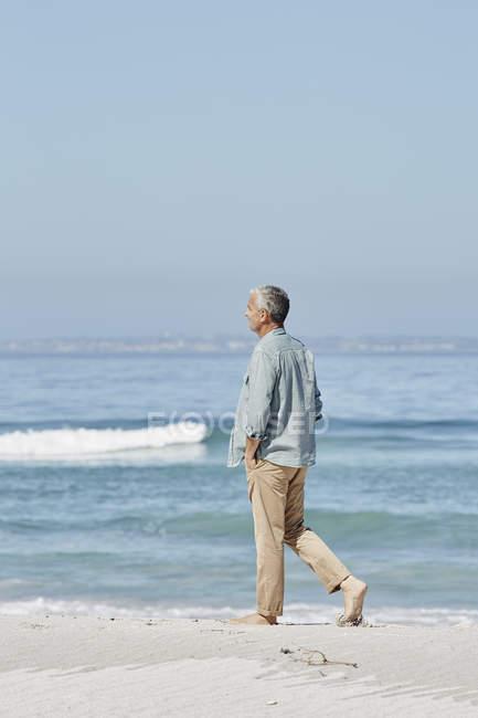 Détendu caucasien meilleur ager homme à la plage — Photo de stock