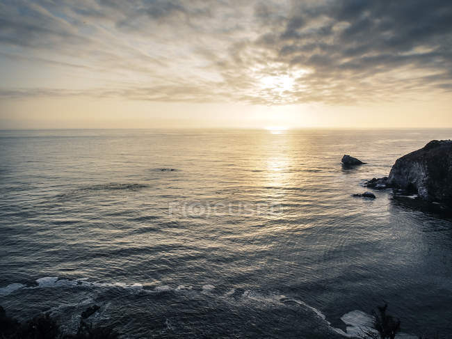 EUA, Califórnia, Costa do Pacífico, Big Sur, por do sol sobre o mar — Fotografia de Stock