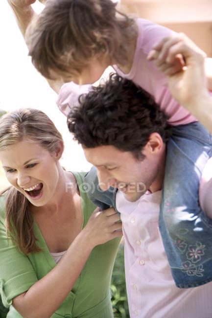 Щаслива сім'я з маленькою дочкою — стокове фото