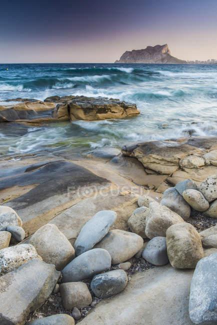 Espanha, Alicante, Cala Baladrar, Seascape e pedras na praia durante o dia — Fotografia de Stock