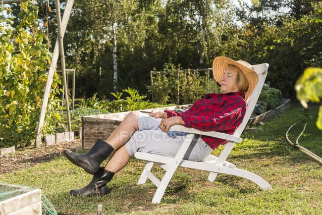 Старшая женщина расслабляется от садоводства — стоковое фото
