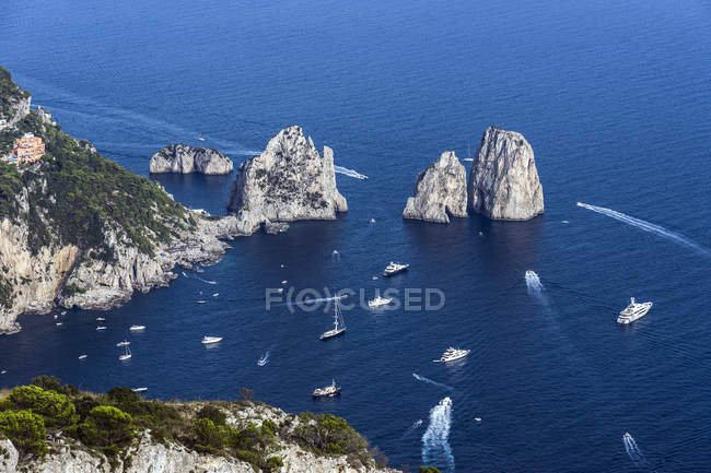 Italien, Capri, Blick auf Faraglioni und Schiffe über Wasser — Stockfoto