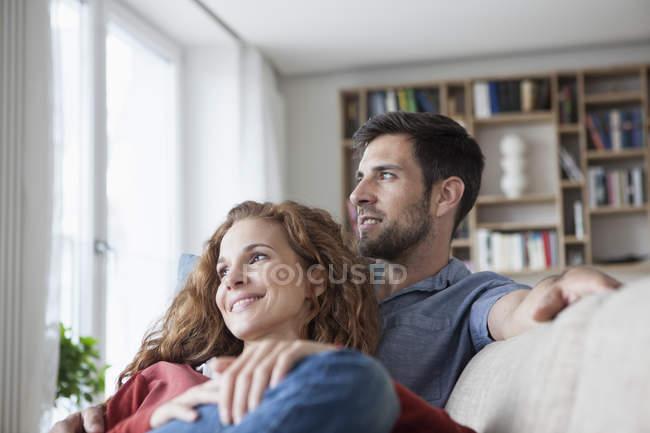 Coppia rilassata a casa sul divano — Foto stock