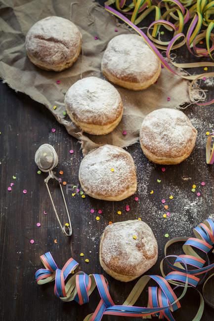Donuts de Berliner e flâmulas com fitas e confetes — Fotografia de Stock