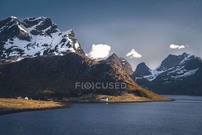 Fiorde da Noruega, Lofoten, sobre a água durante o dia — Fotografia de Stock