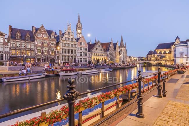 Бельгия, Гент, Старый город, Graslei, исторические дома в реки Лейе в сумерках — стоковое фото