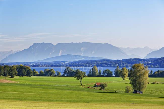 Alemania, Baviera superior, lago Waginger See con Untersberg durante el día - foto de stock