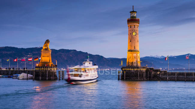 Harbour entrance with bavarian lion, ship in the evening, Lake Constance, Lindau, Bavaria, Germany — Stock Photo