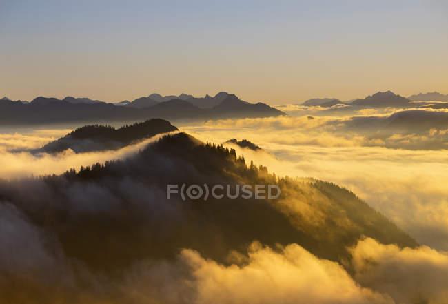 Alemanha, Baviera, Baviera Prealps, pôr do sol na montanha Jochberg, humor da manhã — Fotografia de Stock