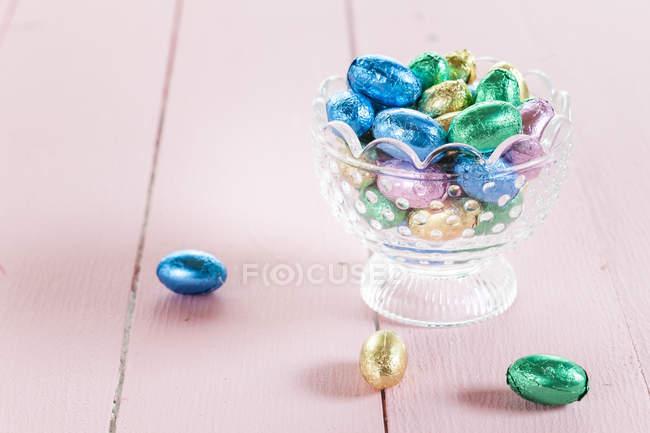 Vista de cerca del recipiente de vidrio con caramelos ovales - foto de stock