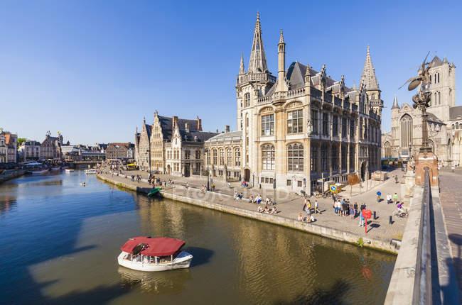 Бельгия, Гент, Старый город городской пейзаж с исторических домов в реки Лейе — стоковое фото