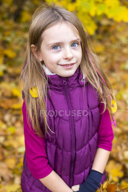 Portrait of smiling girl in autumn — Stock Photo