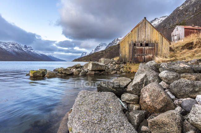 Norvège, Troms, Ersfjordbotn et cabanes contre l'eau — Photo de stock