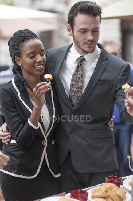 Пара, пробуючи закуски в харчова ларьок у міський ринок — стокове фото