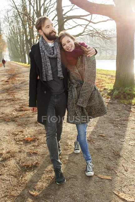 Paar spaziert im Herbstpark — Stockfoto