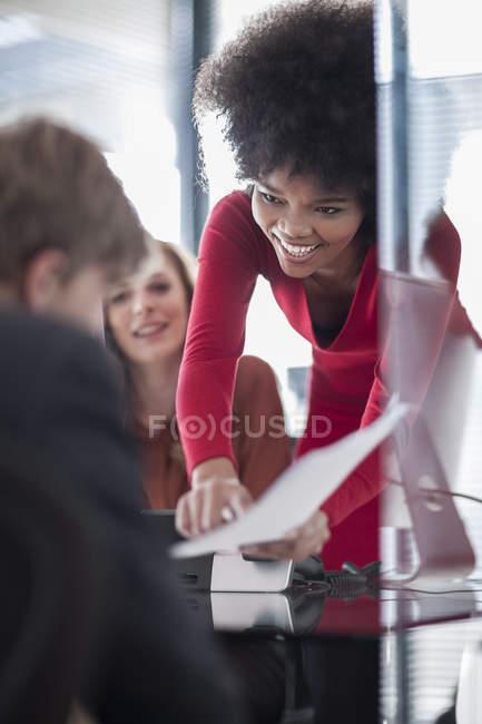Три коллеги говорят в современном офисе — стоковое фото