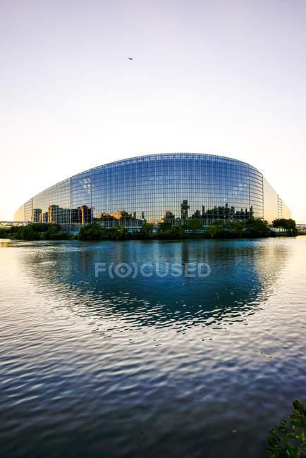 Frankreich, Straßburg, Blick zum Europäischen Parlament mit Reflexion an der Fassade — Stockfoto